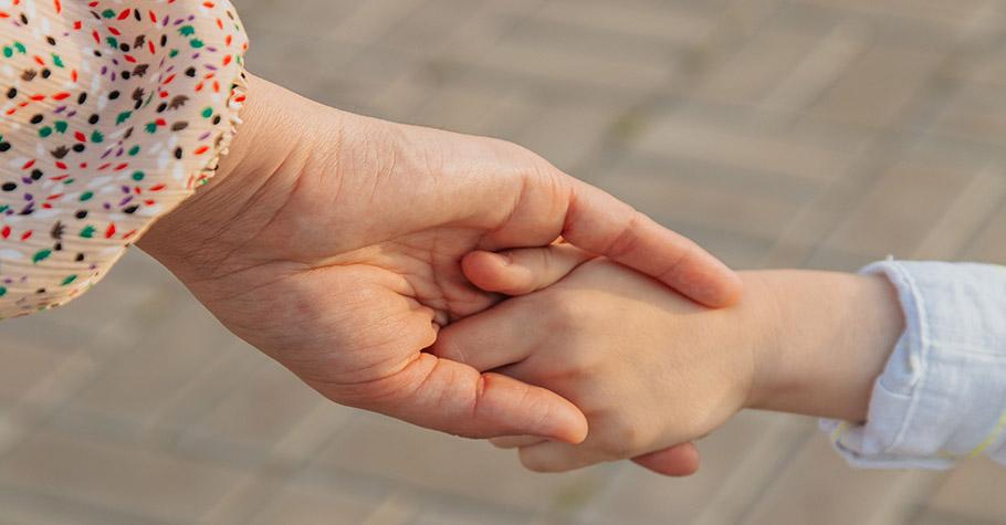 可以不慈愛,但記得帶著善意!做父母並不可能永遠只有「正向溫暖」的樣子,我們也可以有嚴厲、劃下界限的時候