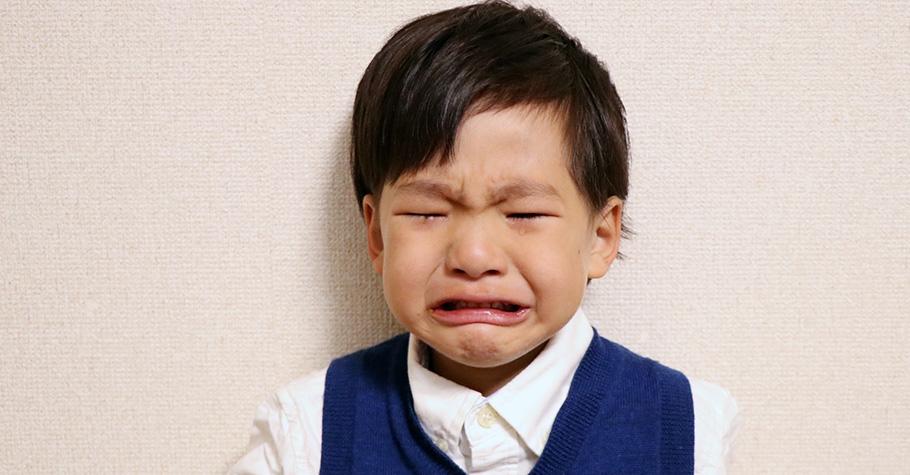 孩子的哭鬧索求其實不是在測試大人的底線,而是一種學習的必經環節,父母要用溫和且堅定的態度幫助孩子建立規矩