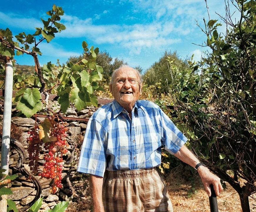 癌末老兵放棄治療回老家,卻活到102歲!希臘長壽島的秘訣:不只是吃什麼,更在於怎麼活