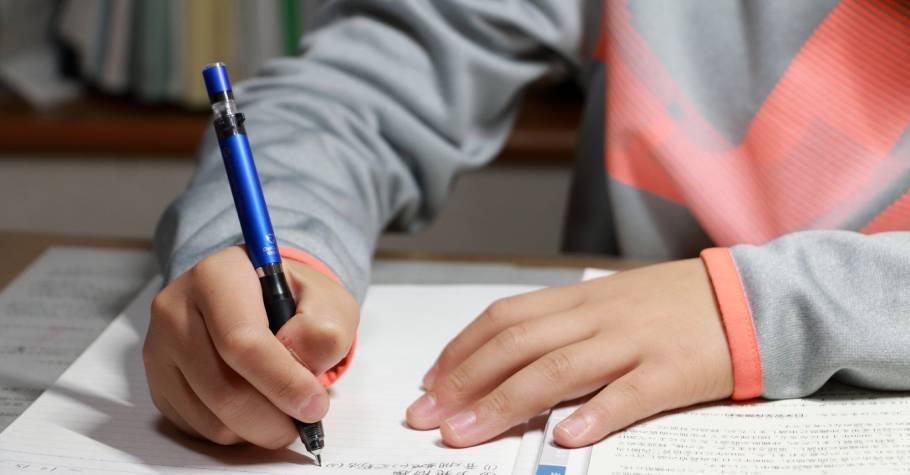 寫好作文不難!建中名師:「審題時,除了理解字面意義,還要洞悉題目的內涵,射中靶心,才能得高分。」