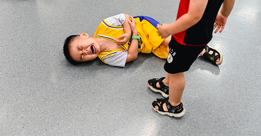 小小孩「歡必霸」,怎麼講才聽得懂?陳志恆心理師:似懂非懂的兩歲小孩,光和他講道理,是一點用也沒有的…