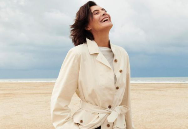 為何法國女人穿白襯衫、牛仔褲就好看?63歲超模法桑琪:優雅是少勝過多
