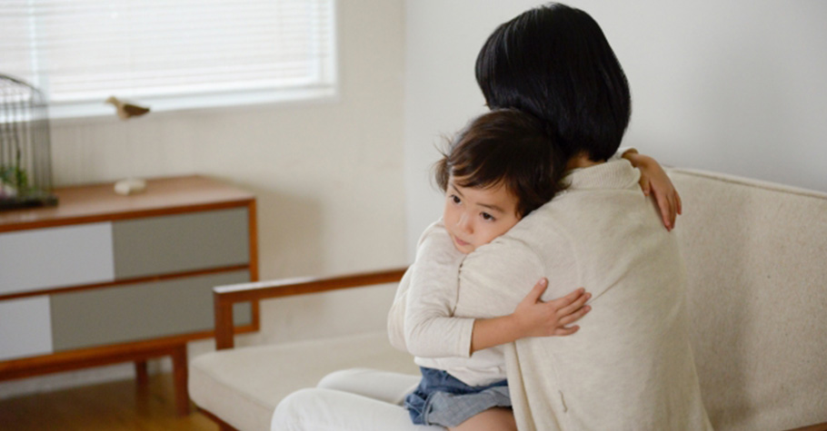 當孩子在學校出現交友問題時,父母別再說「那只是你們小學生太無聊」,可以先抱抱孩子…