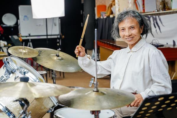 71歲楊寶秀:罹癌後反而成為搖滾鼓手,因為「快樂啊」!