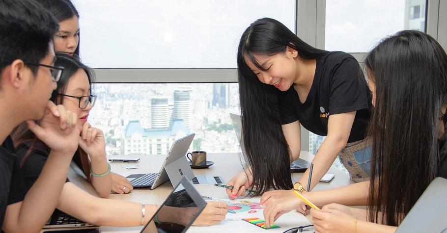 日本擬於2024年全面引進電子教科書》台灣小學缺乏專業科技領域師資,恐形成學習的M型化,城鄉數位落差日益嚴重