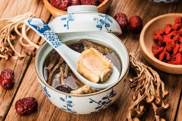 冬令進補,緩解手腳冰冷、睡不好與膝蓋痛,熟齡族怎麼吃最好?
