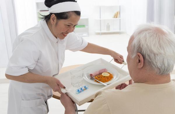 【法律百科】住照護機構的長輩拒食,可要求不強迫灌食嗎?