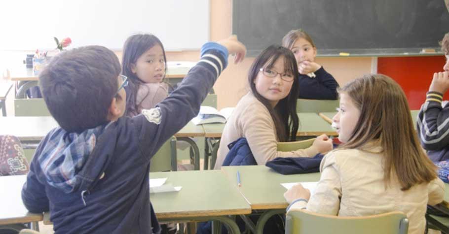 課堂中不斷插嘴的孩子,易引起同學指責:刷存在感!國中教師:發言的禮貌,至關重要