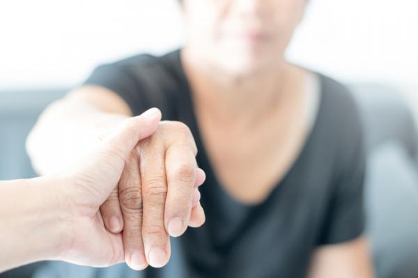 為什麼只有我是照顧者?父母偏心時,自我釋放的小練習