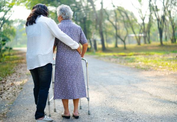 103歲老母財產贈與子女後,扶養費卻沒人付!如何要求或追回財產?