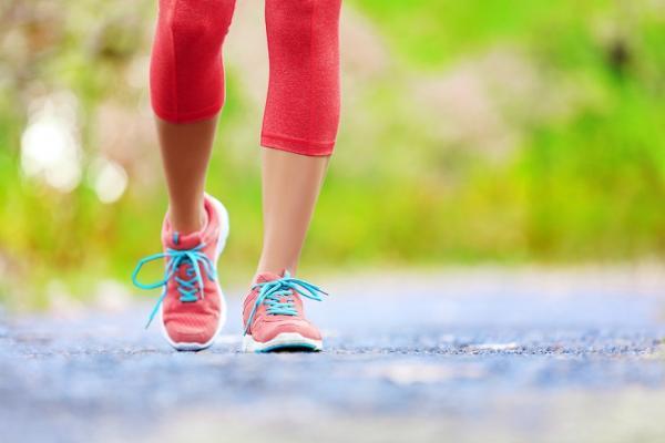 防骨質疏鬆,光靠飯後散步沒效!熟年運動3原則,健骨強肌防失能