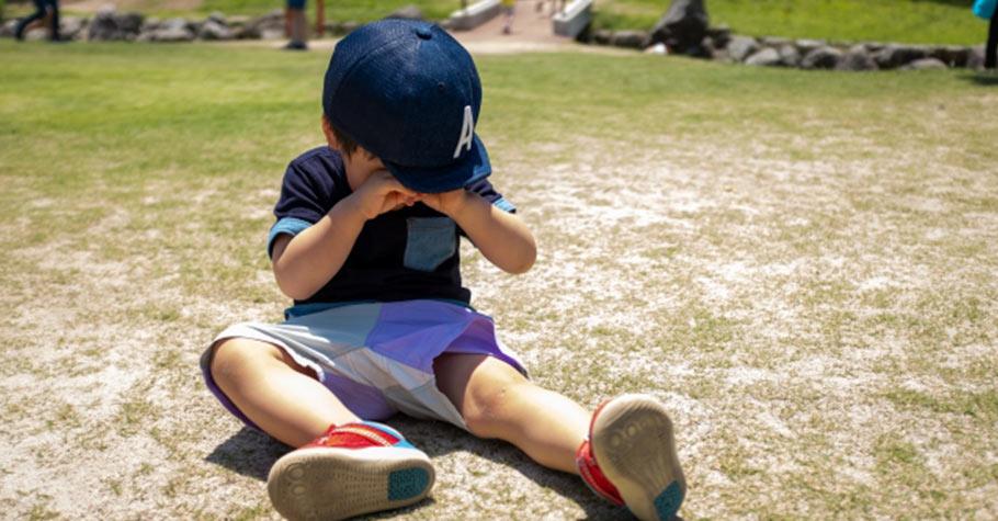 當孩子不肯配合、頂嘴時,爸媽要提醒自己「不要在孩子情緒時做教養」,因為此時孩子需要的是「愛」不是教養
