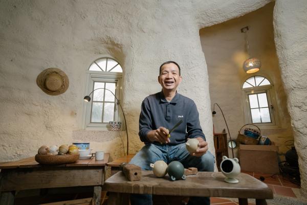 用廢材打造美麗海邊小房!退休教師何俊賢的「度咕屋」:用一間屋子,做一些好事