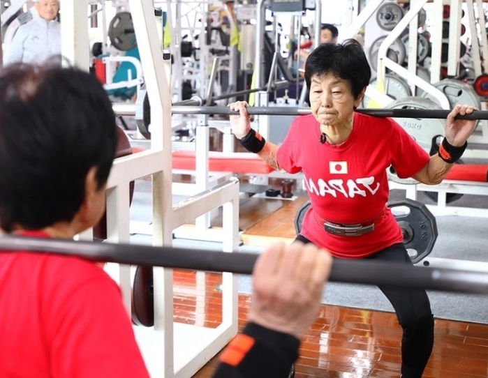 82歲獲得世界冠軍!90歲日本臥推選手的健康法:一日兩餐不外食、早餐吃牛肉