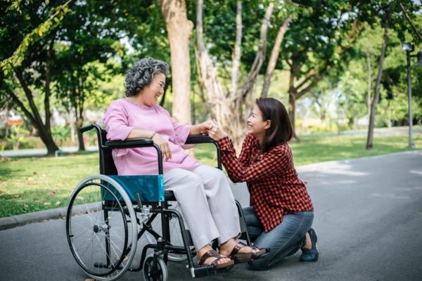 【法律百科】家裡的外籍看護或幫傭,合法工作內容有哪些?