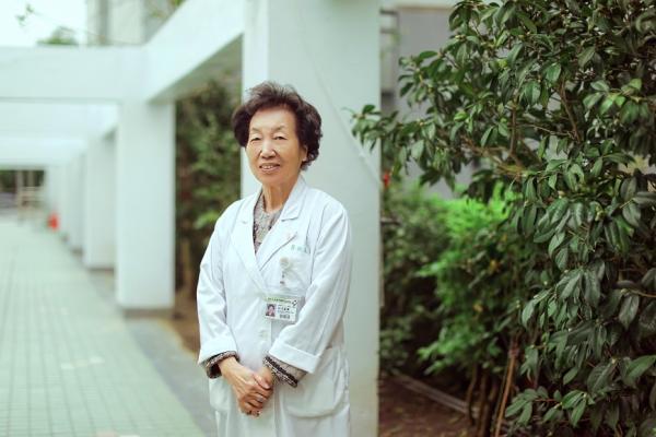 88歲每週仍看三次診!台灣癌症之母彭汪嘉康:保持忙碌,反而會更健康