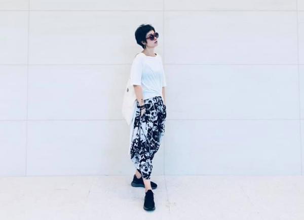 清爽、乾淨又為肌膚打光,50+的夏日白色衣服穿搭指南