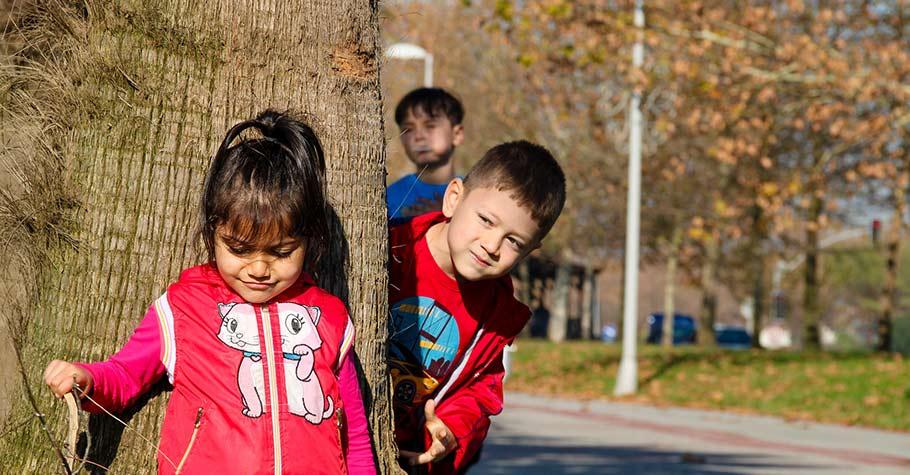 面對在學校焦慮不敢開口的孩子,威脅或責備只會得到反效果,讓孩子更加畏縮