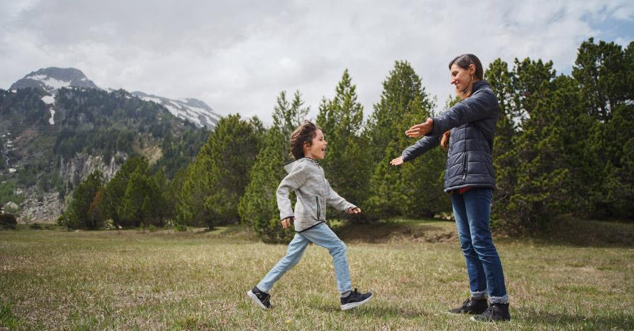 與其對孩子大吼:「不要亂跑!」不如看著他的眼睛,用溫和堅定的語氣說:「請你好好走。」告訴孩子具體的方法