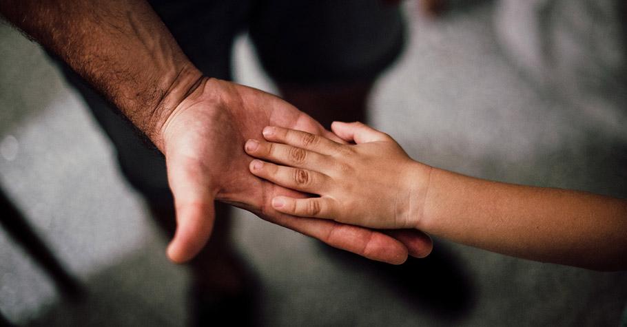 國中時因貪玩摔斷手,父親不但沒有責罵,還用心陪伴治療;台大職涯顧問:這份愛影響了我一生 感念至今