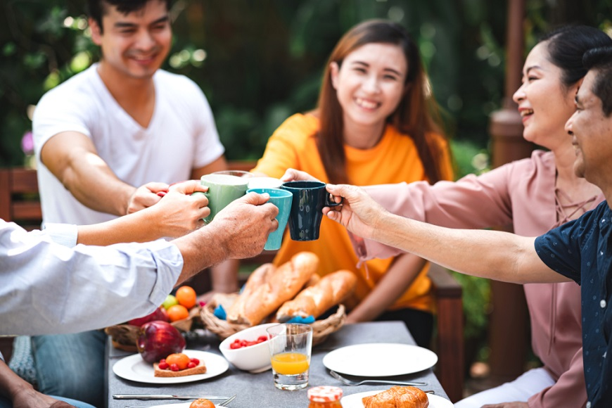心理學研究「非常幸福」的人,共通點是什麼?喜歡揪團