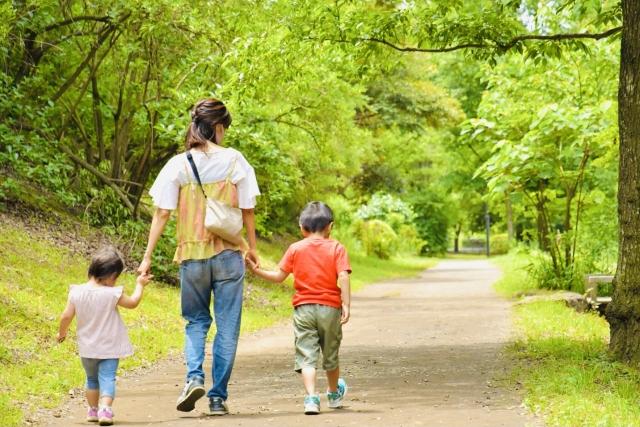 扶養三個孩子、打四份工,身為單親媽媽的她一點也不喪氣,與孩子們共同認真地面對生活挑戰...