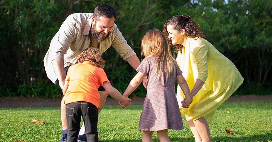 處罰過後,一定要讓孩子知道你愛他》猶太格言:「如果你用右手處罰孩子,那麼就用左手去擁抱他。」