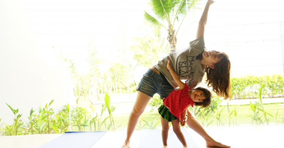 帶著孩子一起做出「太好了!」的勝利姿勢,親子共同提升對自己的「自我肯定感」