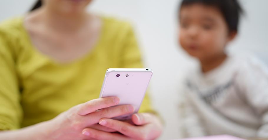 如果大人沉迷於滑手機的程度遠遠超過孩子,更難以阻止孩子過度使用手機