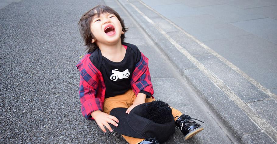 世界上沒有什麼大絕招可以讓孩子停止在地上打滾、鬧脾氣!教養重點在於如何回應孩子當下的不良行為,並避免再度發生