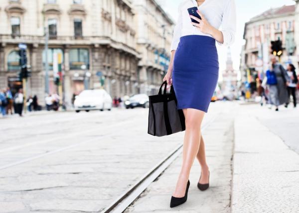 人人都有的基本款,如何穿出新感覺?可帥氣可優雅,白襯衫的10種清爽穿搭