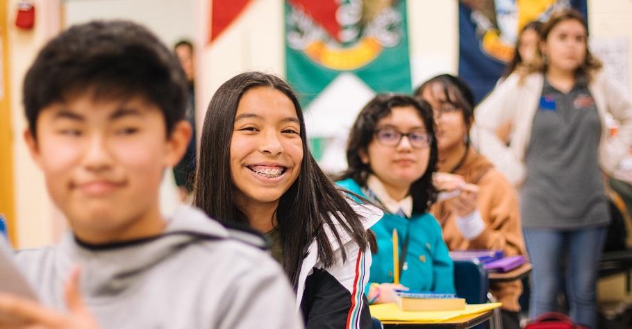 「愉悅的笑聲是成功課堂的重要條件!」45年資深教師:我把每次開始上課前的五分鐘定為笑話時間