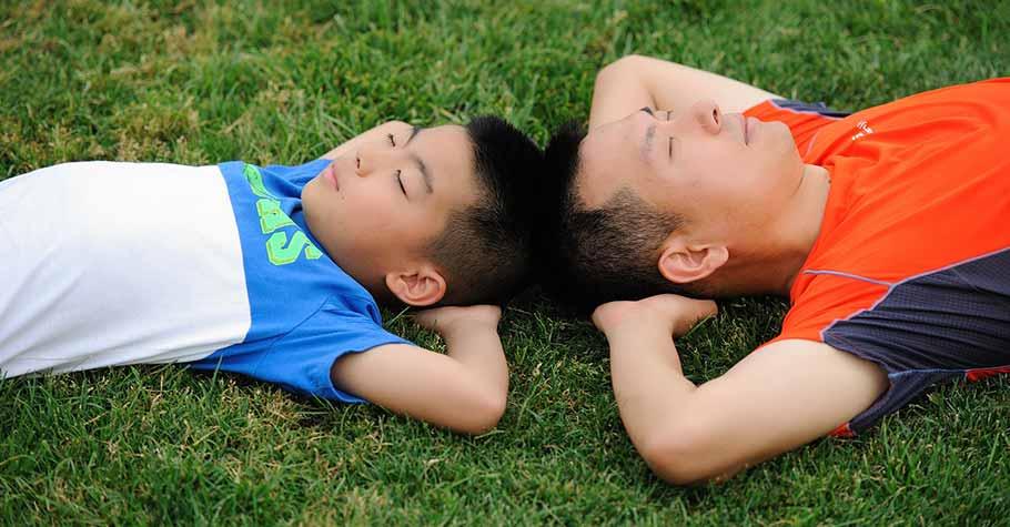 權威式的教養對青春期孩子已不再管用,父母要試著站在孩子角度跟他溝通
