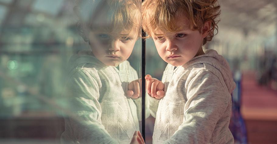 飛機上,一位阿嬤不停對著眼前兩歲多的孫女責罵:「從沒看過妳這麼壞的小孩,妳看看人家姐姐多乖!」