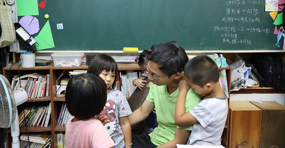 大人要為孩子創造一個穩定的環境、一個平靜的家,感受到「愛」可以讓孩子的情緒穩定
