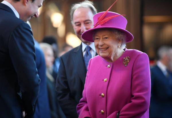 穿得鮮豔如何不俗?向英國女王學穿搭:掌握4原則,亮眼又高雅