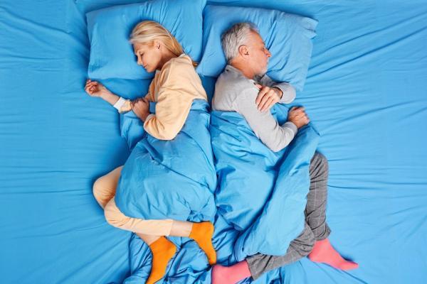 一躺下來就腰痠,可能是髂腰肌太短!1個動作,讓你睡得更安穩