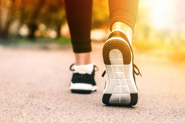 怎麼走與坐,才能避免膝蓋受傷?兩條直線走路法,預防退化性關節炎