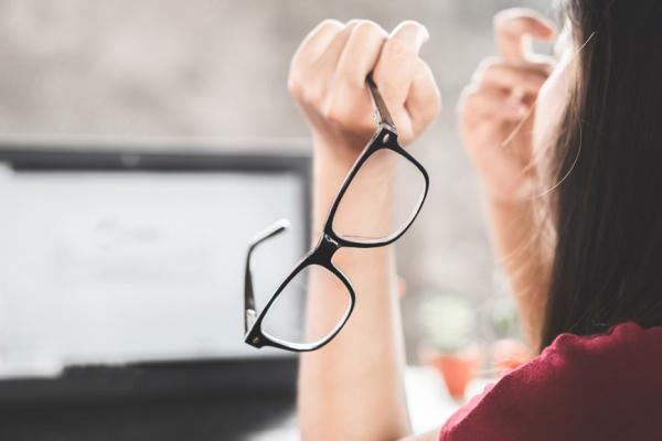 50歲視力還有救!醫師:每天3動作,改善疲勞、乾眼、老花眼