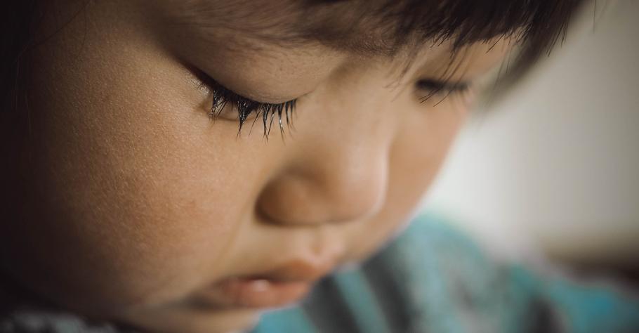 如果孩子感受到旁人的排擠,卻不知如何是好...心理師:5方法帶孩子解決社交困境,不健康的關係請離開
