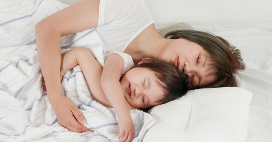 小孩吵一下大人就翻白眼?想要培養孩子的善良之心,在生活中父母就要做好「表現善意」的榜樣
