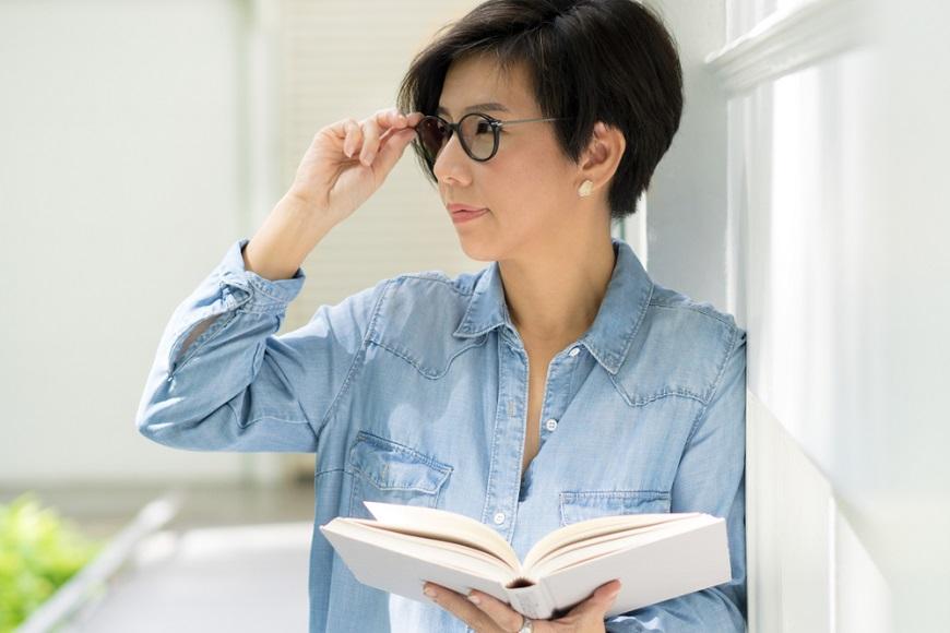 50後眼睛困擾一次解答!醫師:每天多做3件事,改善眼力、乾眼症、眼皮下垂