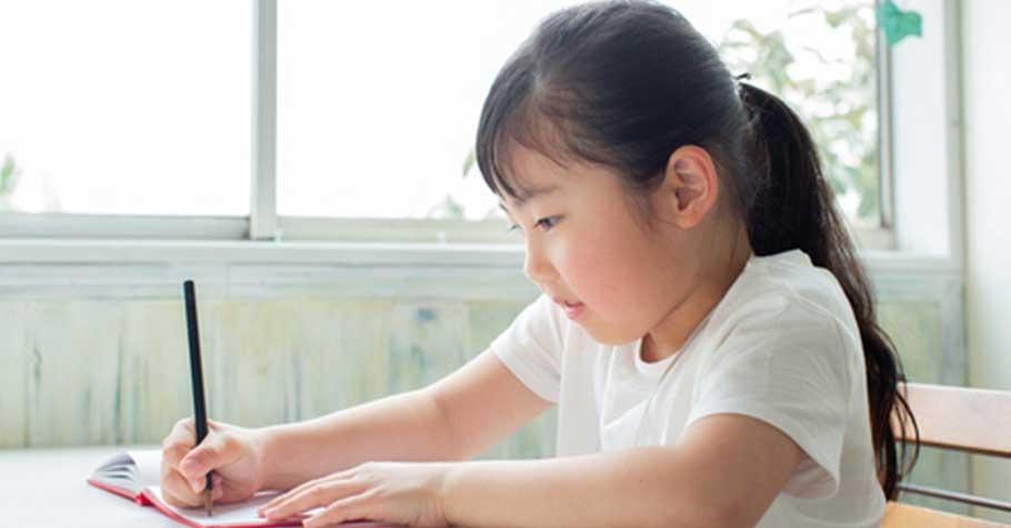 被教書耽誤的演員,KK老師的「撩童術」要教孩子把字寫好:一開始,先從願意寫字做起
