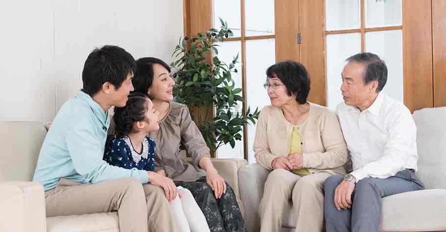 當父母說:「我年輕時養你,等我老了,你應當還我 」?不!父母與子女之間,沒有「債」,只有「愛」