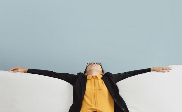 躺沙發最傷腰椎!家中、捷運、辦公室這樣坐,減輕腰部壓力