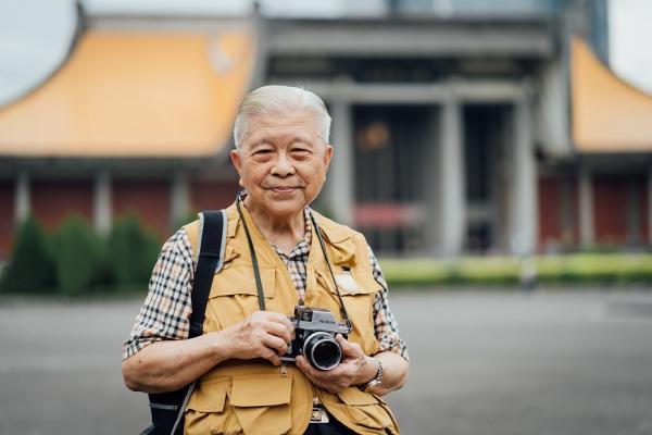 88歲還在看診!醫師攝影家黃伯驥:健康是「多走路,少計較」