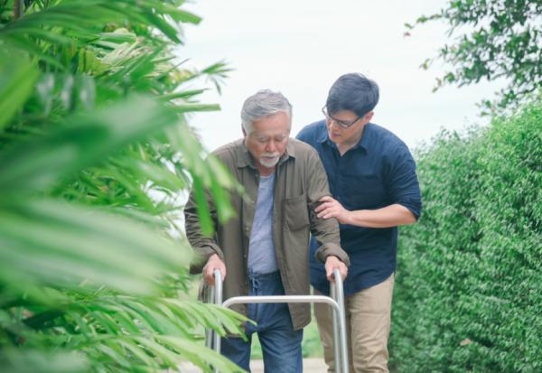 獨力照顧老父十多年的兒子:法律有規定照顧父母的人,可拿較多遺產嗎?