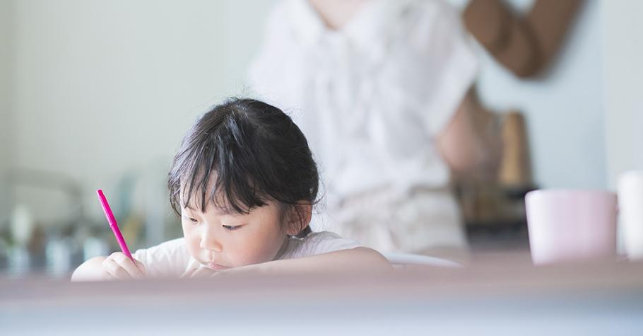 填鴨式教育已經過時了!4個重要法則培養孩子多元看待事情的見解,還有解決問題的能力