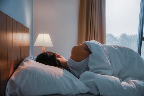 睡不好易變胖與失智!哈佛醫師:40歲以上女性睡眠10技巧,助大腦排毒