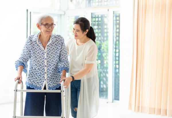當長輩住院如何幫助恢復?陳乃菁醫師:請看護不一定是最佳解方,6個思考回歸如常